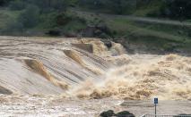 O Serviço Meteorológico Nacional alertou sobre inundações repentinas que ameaçam a vida e pediu aos moradores da região que buscassem terrenos mais altos imediatamente (California Department of Water Resources)