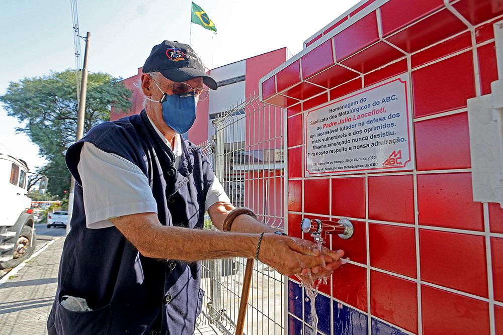 Padre Júlio Lancelotti na inauguração do espaço de higienização em São Bernardo no Sindicato dos Metalurgicos, um exemplo de fé que não cruza os braços, mas busca ser sal e luz