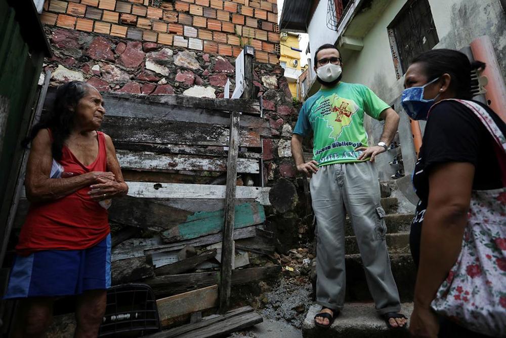 Padre Alfredo Viana Avelar durante entrega de máscara em favela de Educandos, em Manaus 19/05/2020