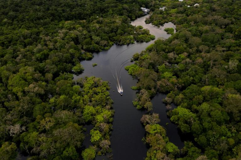 Vista aérea de um barco navegando o rio Juruá, em Carauari, Amazonas, coração da floresta amazônica, em 15 de março de 2020