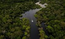 Vista aérea de um barco navegando o rio Juruá, em Carauari, Amazonas, coração da floresta amazônica, em 15 de março de 2020 (AFP)