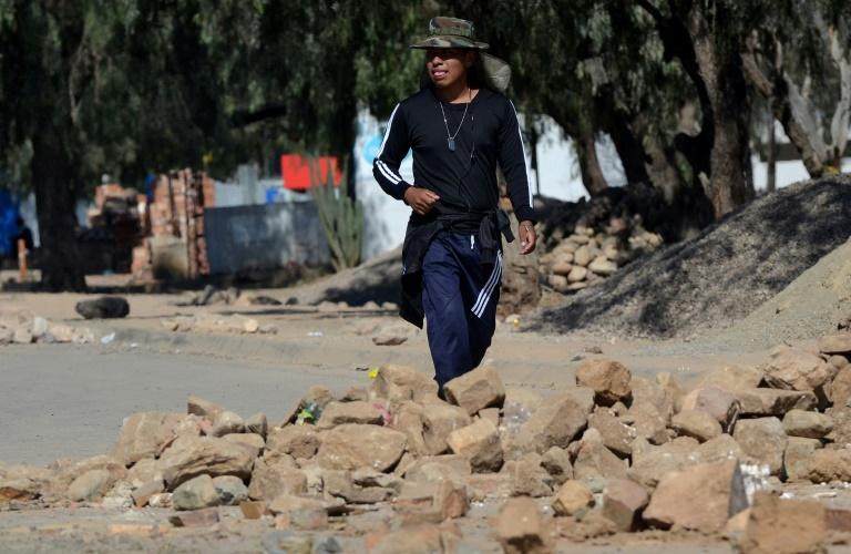 Apoiadores do partido Movimento para o Socialismo (MAS), do ex-presidente da Bolívia, Evo Morales, bloqueiam o acesso a um aterro sanitário em Cochabamba, em 18 de maio de 2020.