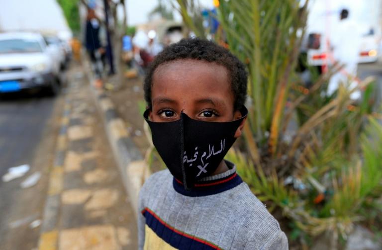 Garoto iemenita com máscara de proteção em uma rua de Sanaa, em 21 de maio de 2020