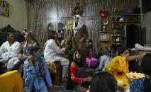 Mulheres transexuais quebram o jejum durante o Ramadã em Rawalpindi, Paquistão, 9 de maio de 2020 (AFP)