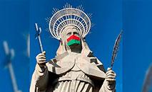 A máscara leva as cores da bandeira da cidade de Santa Cruz, RN (Reprodução/ Paróquia Santa Rita de Cássia)