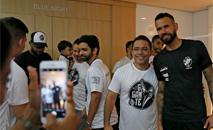 Capitão posa para foto com torcedores (Rafael Ribeiro / Vasco)