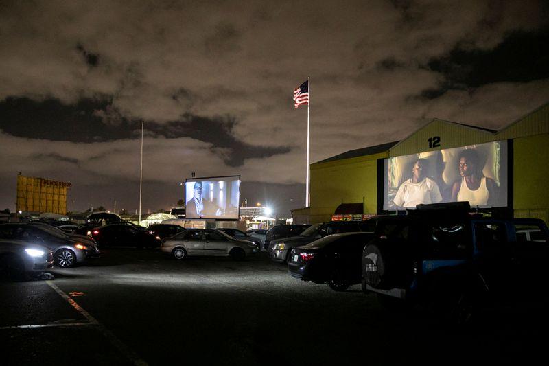 No cinema drive-in, os clientes controlam a interação social e qualquer contato com outra pessoa acontece ao ar livre