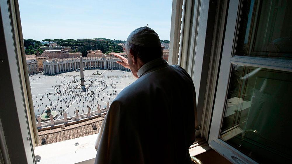 Papa Francisco rezou a oração do Regina Coeli do domingo da Ascensão na Biblioteca do Palácio Apostólico, mas foi à janela abençoar os peregrinos