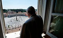 Papa Francisco rezou a oração do Regina Coeli do domingo da Ascensão na Biblioteca do Palácio Apostólico, mas foi à janela abençoar os peregrinos (Vatican Media)