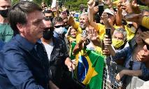 Bolsonaro foi cumprimentar apoiadores em nova manifestação em Brasília (Evaristo Sa / AFP)