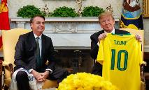Bolsonaro entrega uma camisa personalizada a Donald Trump em 19/03/2019 (Alan Santos/PR)