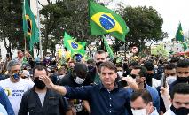 Jair Bolsonaro cercado por apoiadores em 24 de maio de 2025 em Brasília (AFP)