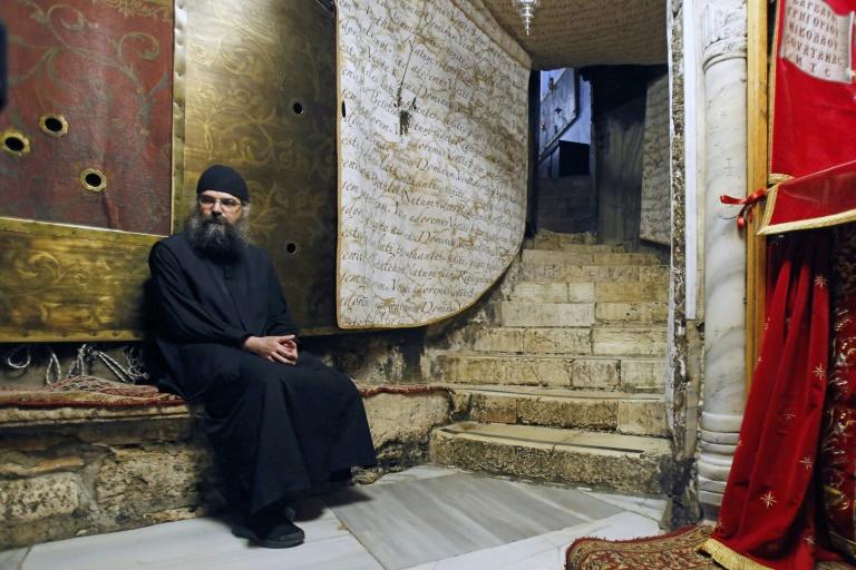 Um padre ortodoxo na Igreja da Natividade de Belém, na Cisjordânia