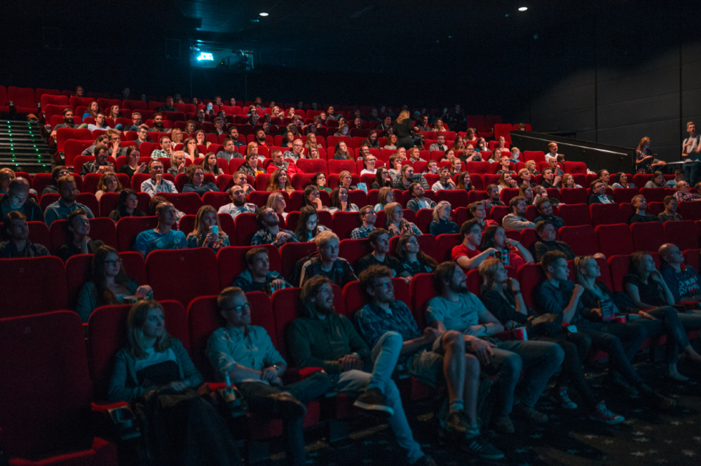 A adaptação das salas de cinema cumpre o que determina a Lei Brasileira de Inclusão da Pessoa com Deficiência, o Estatuto da Pessoa com Deficiência