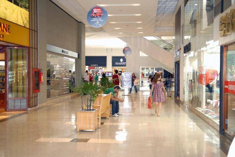 Nas cidades onde a reabertura foi autorizada, lojas de shopping estão vendendo até 70% menos