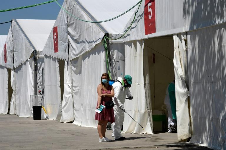 Uma mulher sai depois de fazer um exame de sangue em um ponto de teste temporário em Torrejon de Ardoz