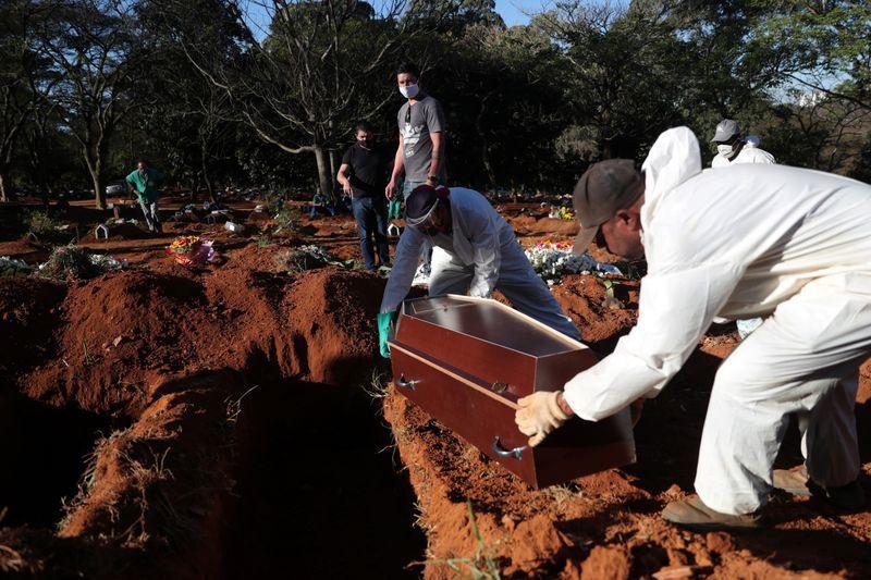 Enterro de vítima do coronavírus no cemitério da Vila Formosa, em São Paulo (26/05/2020)