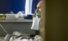 Paciente com Covid-19 recebe atendimento na Clínica para Doenças Infecciosas em Pristina, em 27 de novembro de 2020 (Armend Nimani/AFP)