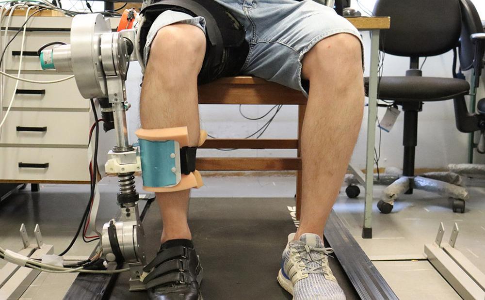 Exoesqueleto pode estimular várias articulações do paciente ao mesmo tempo. Tecnologia possui sensores que 'medem' a força que o usuário realiza durante o exercício