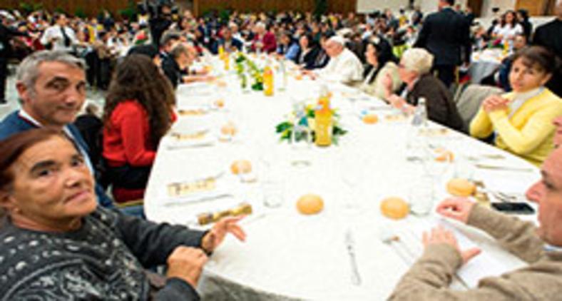 Almoço com pessoas pobres na Sala Paulo VI em 2017 (L'Osservatore Romano)