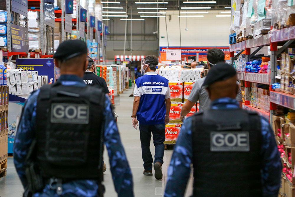 Fiscais vistoriam supermercado em Salvador