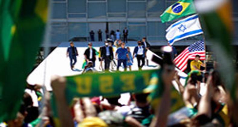 No Brasil atual, estamos assistindo a um espetáculo da polarização entre os que expressam abertamente o desejo de morte e a violência, de um lado, e os que lutam – literalmente neste momento – pela vida. (Ueslei Marcelino/ Reuters)