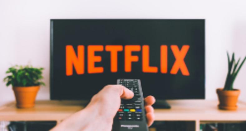 Aprendi também a ver coisas boas que a televisão nos traz, principalmente as produções disponíveis na Netflix. Se passar incólume pela pandemia, vou decretar a prorrogação do meu confinamento (freestocks / Unsplash)