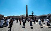Fiéis usando máscaras e luvas de proteção reunidos na Praça de São Pedro para a oração do Papa em 31 de maio de 2020 (AFP)