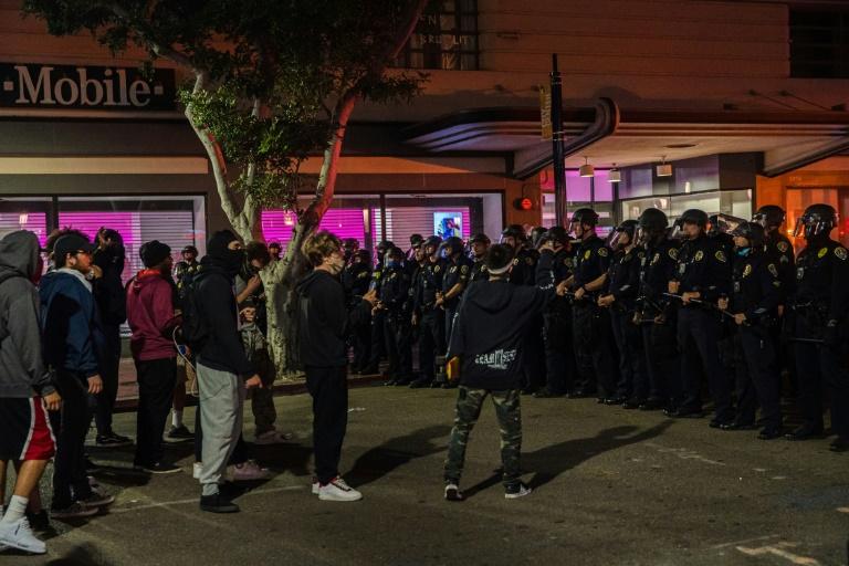 Manifestantes protestam contra o racismo diante de policiais em San Diego, Califórnia, em 31 de maio de 2020