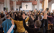 Renovação Carismática Católica realizou vigília de Pentecostes mundial on-line. Na foto, momento de oração antes da pandemia (Charis)