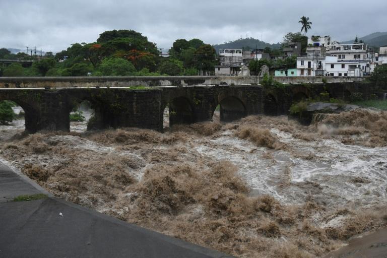 A tempestade tropical Amanda, a primeira tempestade da temporada no Pacífico no Pacífico, atingiu El Salvador e Guatemala no domingo