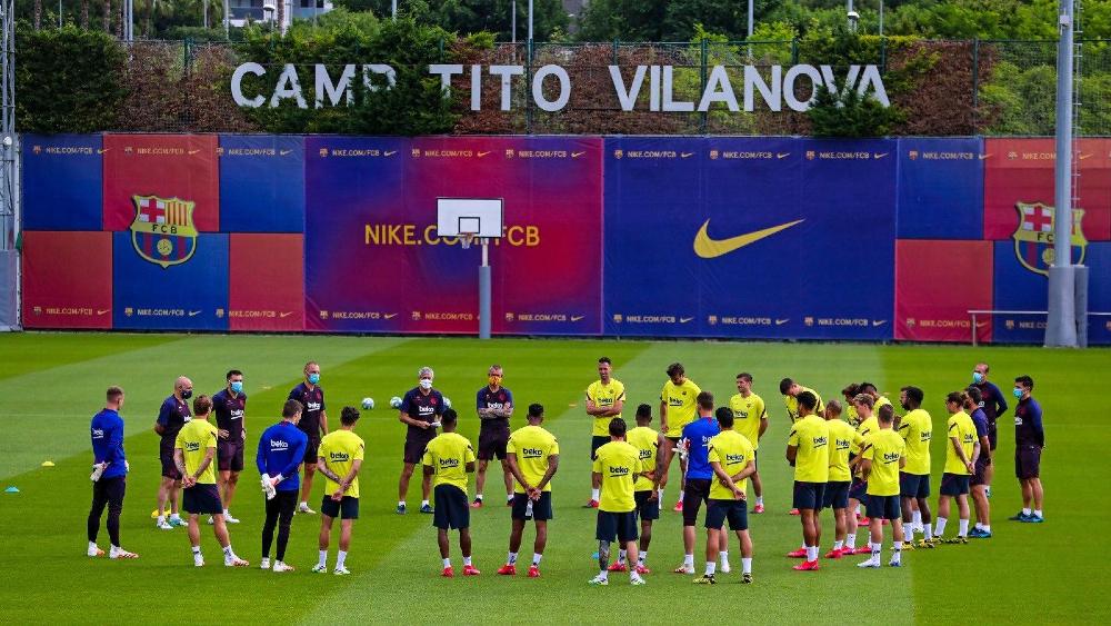 Equipe do Barcelona, líder da LaLiga, reunida durante treino