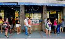 Cariocas fazem filas em supermercado, respeitando a distância social recomendada (Tânia Rêgo/ABr)