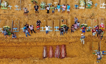Enterro coletivo de vítimas de Covid-19 do no cemitério de Nossa Senhora Aparecida, em Manaus (Michael Dantas/AFP)