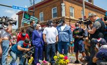Terrence Floyd, irmão de George Floyd, que morreu sufocado por um policial, durante homenagem improvisada em um memorial em Minneapolis, Minnesota 1º de junho de 2020 (AFP)