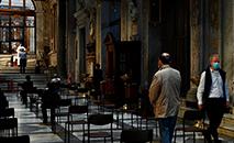 Pessoas rezando na igreja de Santa Maria, em Roma, em Trastevere, no dia 3 de maio (AFP)