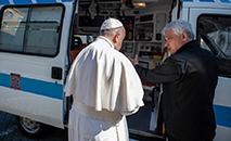 Francisco e o cardeal Konrad Krajewski, esmoleiro do papa (Vatican News)