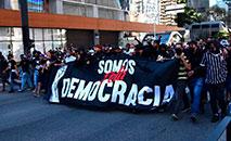 """A mobilização de grupos ligados às organizadas recebeu, em São Paulo, o nome de """"Somos Democracia"""" (Democracia Corinthiana)"""