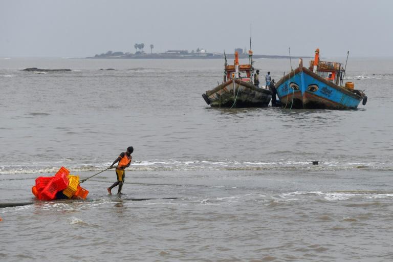 Pescador puxa caixas antes de uma tempestade ciclônica que pode atingir a costa norte de Maharashtra e Gujarat, na vila de pescadores Madh, na costa noroeste de Bombai, em 2 de junho de 2020