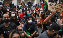No Rio, manifestantes levantaram bandeiras antifascistas e contra o racismo (31/05/2020) (AFP)
