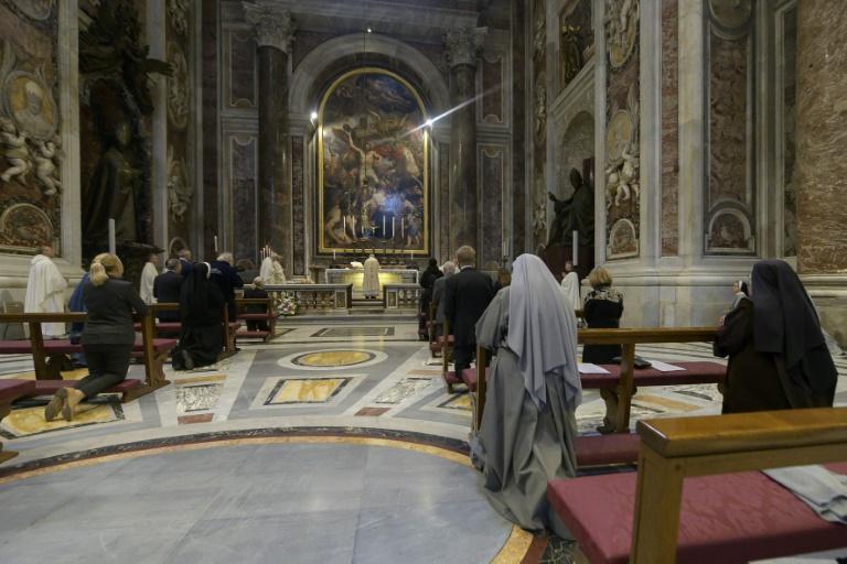 Esta foto tirada e distribuída em 18 de maio de 2020 pela mídia do Vaticano mostra o papa Francisco celebrando uma missa para marcar o 100º aniversário do nascimento do falecido papa João Paulo II na Basílica de São Pedro no Vaticano