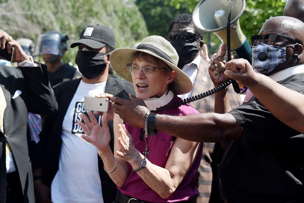 Mariann Edgar Budde, bispa da diocese episcopal de Washington, DC, discursa em uma Vigília de Oração Solidária perto da Igreja Episcopal de São João em 3 de junho de 2020, como manifestantes para protestar contra a morte de George Floyd