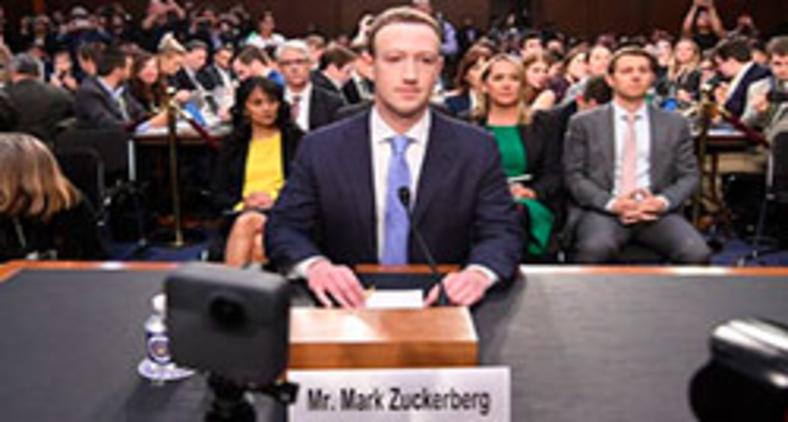 O CEO do Facebook, Mark Zuckerberg, chega para testemunhar antes de uma audiência conjunta do Comitê de Comércio, Ciência e Transporte do Senado dos EUA e do Comitê Judiciário do Senado em Capitol Hill, 10 de abril de 2018 em Washington, DC (Jim Watson/ AFP)