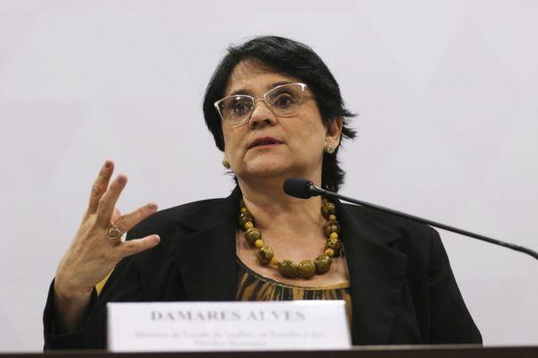 A Comissão de Anistia, ligada à pasta de Damares, é o colegiado ao qual cabe a análise dos pedidos de reparação por perseguições políticas entre 1946 e 1988