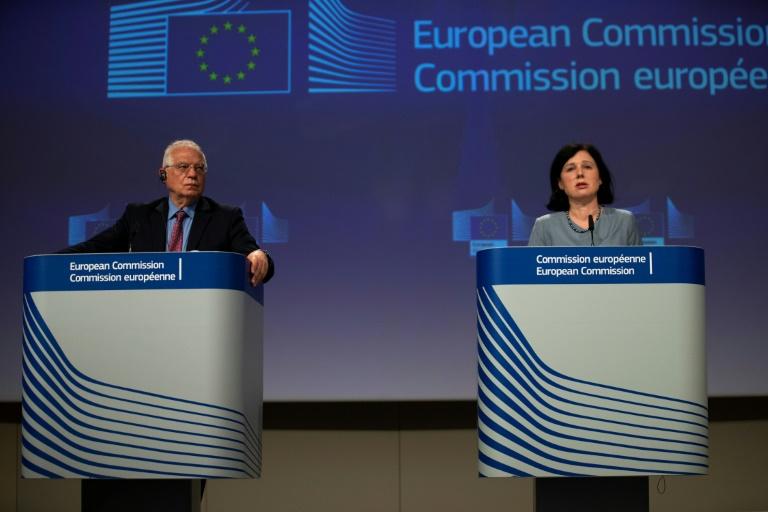 O chefe de política externa da União Europeia, Josep Borrell, e a comissária europeia para Valores e Transparência, Vera Jourova