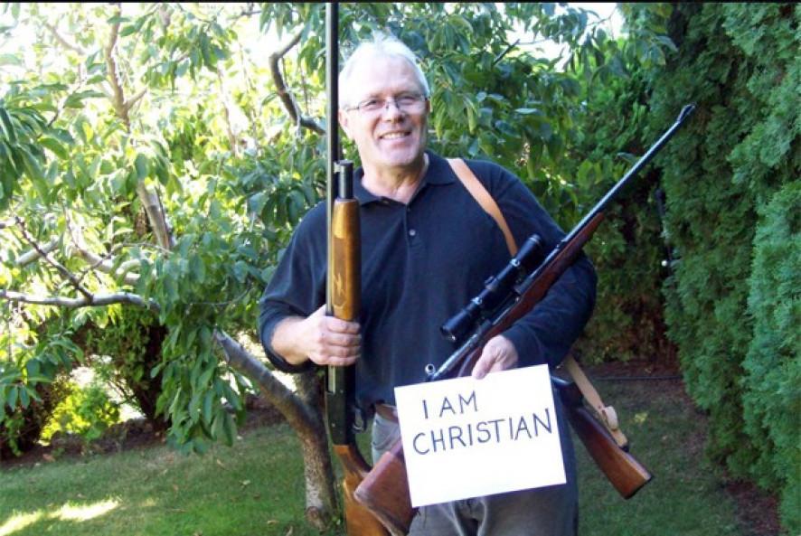 Cristãos poloneses publicam nas redes sociais fotos com armas de fogo