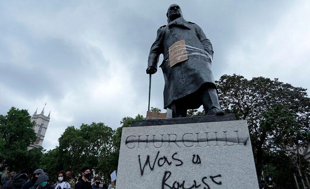 Estátua de Winston Churchill, em Londres, marcada com a frase de racista
