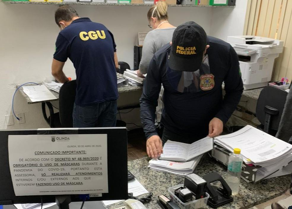 Mandados de busca foram cumpridos pela Polícia Federal e técnicos da CGU na prefeitura de Olinda, nesta terça-feira (16)