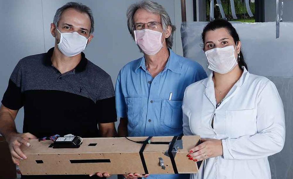 Pesquisadores Alexandre Leão, Gregory Kitten e Thalita Arantes com o protótipo: tecnologia aberta