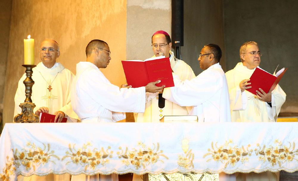 Celebrações também devem ser mais breves e as igrejas terão público reduzido